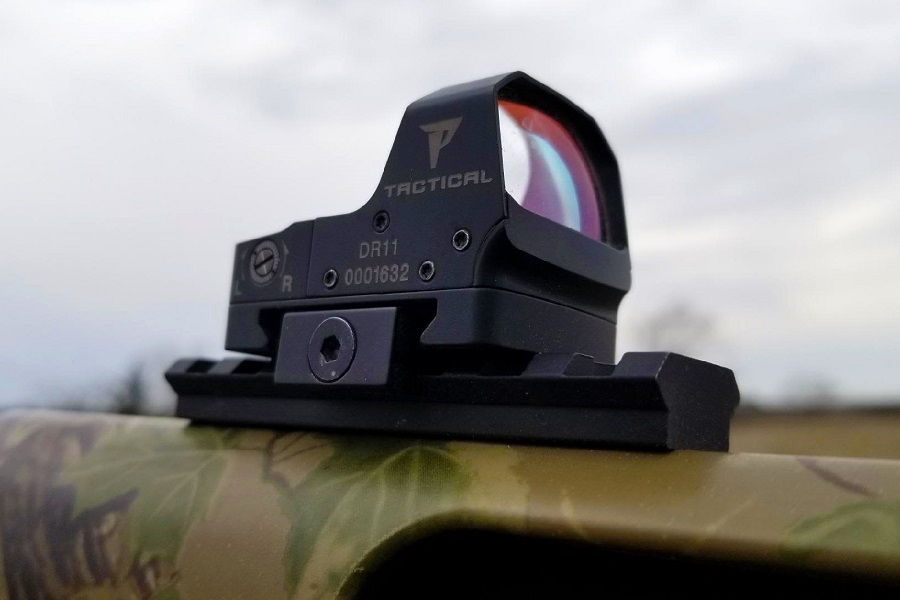 holographic sight on rifle